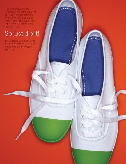 1. Lo más más más fácil de todo: cubrir la zapatilla con nylon y cinta de papel, dejando solo un área libre. Pintarla o sumergirla en un pote con la pintura.