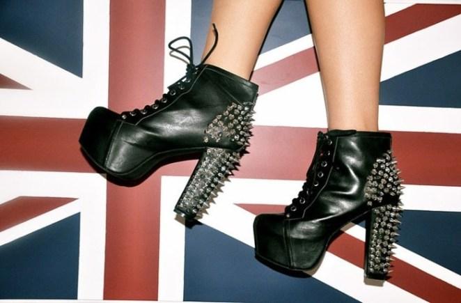 6. Zapatos con tachas, o elemento de defensa personal.