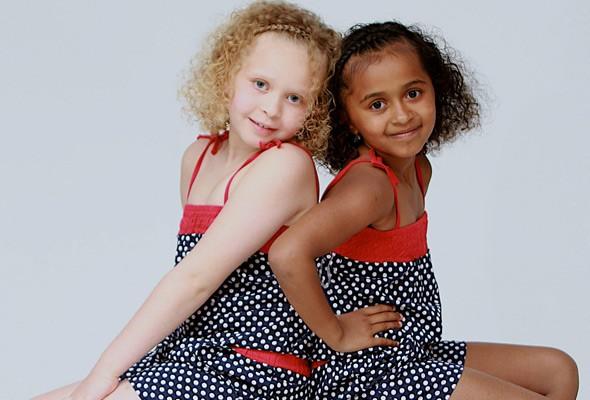1. Las gemelas Kian y Remee nacieron con un minuto de diferencia y tienen distinto color de piel debido a una rara combinación de génes. Ambos padres tienen un padre negro y una madre blanca.