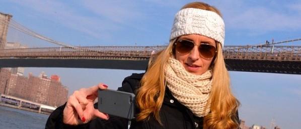 1. ¿Hay un suicida en el puente de Brooklyn a la derecha de la chica?