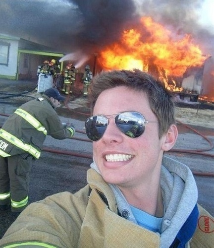 16. ¿Tiene traje de bombero puesto? Es el peor del mundo.