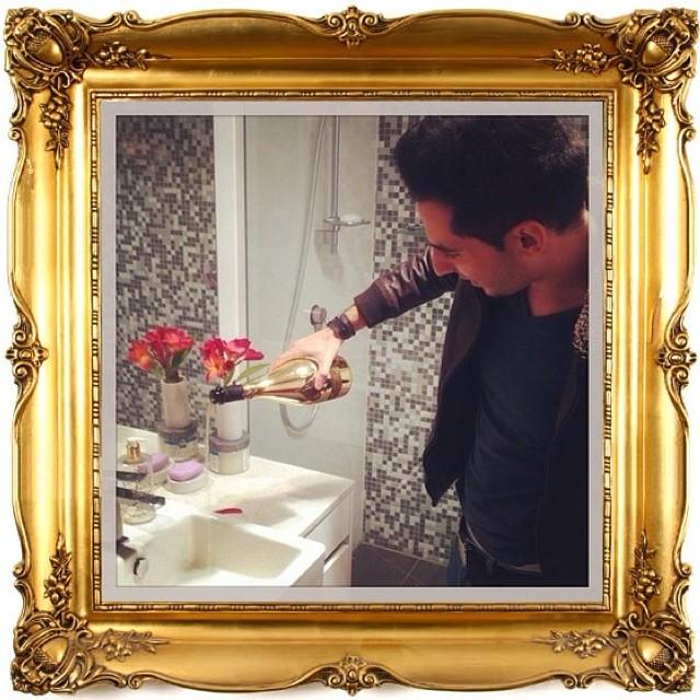 Haciendo tareas mundanas como limpiar el baño