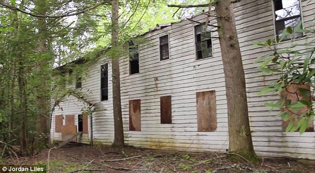 3. Como muchos lugares del amplio territorio estadounidense, hay construcciones que se quedaron en el tiempo, lejos de la mano del hombre.