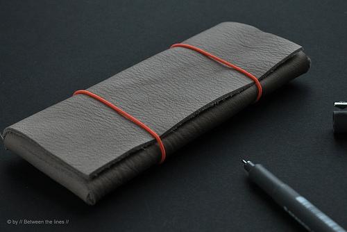 7. Una cartuchera de cuero simple, de pocos materiales y sin costuras.