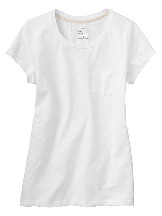 5. Remera de algodón blanca lisa. El algodón peruano tipo pima es una buena opción para tu remera blanca de batalla.