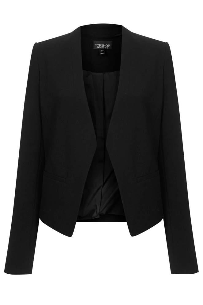 9. Si es que ya no lo tenés, un blazer negro es una prenda que necesitás