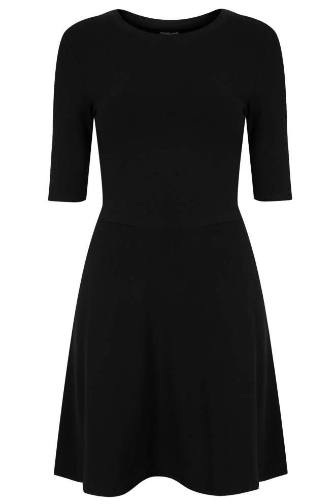 10. Un vestido negro corto al menos tenemos que tener, es muy versátil y nunca pasa de moda