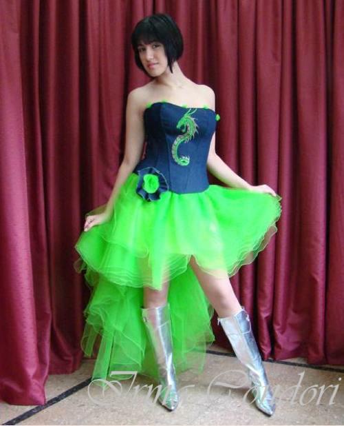 1. Te quisiste hacer la original pero la verdad, es que el dragón y la falda verde no pega con un corset que parece de jean. Y las botas estilo promotora....