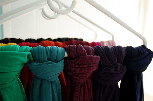 8. Colgá tus pañuelos y bufandas así: