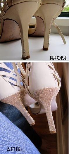 12. Esos zapatos con el taco gastado que amás tienen salvación: ¡pegales glitter y listo!