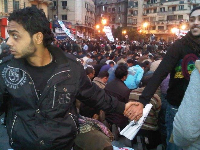 8. Cristianos protegiendo a musulmanes durante la oración en medio de la huelga de 2011 en El Cairo, Egipto.