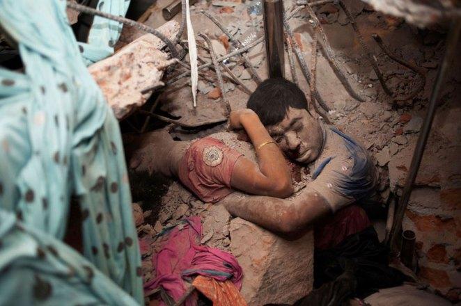 15. Una pareja abrazada en los escombros del derrumbe de una fábrica.