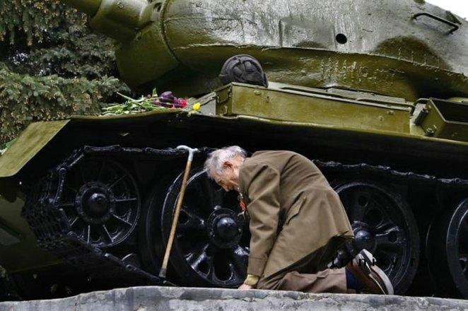 21. Un veterano ruso de la 2da guerra mundial, encontró el tanque que usó durante la guerra en un pequeño pueblo ruso como un monumento.