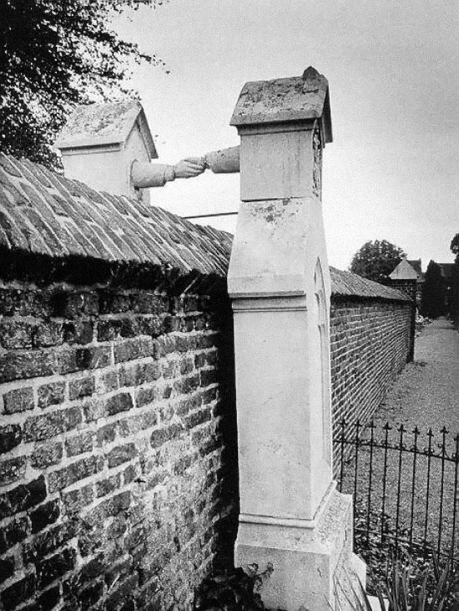 23. Las tumbas de una mujer católica y su esposo protestante, Holanda 1988.