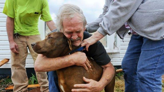 24. Greg Cocine abraza a su perro Coco después de encontrarlo dentro de su casa destruida en Alabama tras el tornado de marzo de 2012.