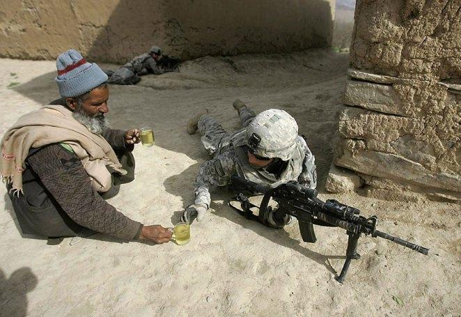 29. Un ciudadano afgano le ofrece té a un soldado americano.
