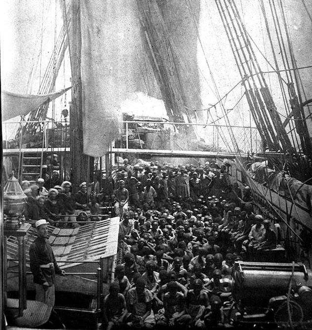 7. Comercio de esclavos en el Atlántico: La esclavitud duró unos pocos años después de que se inventase la fotografía, con lo cual es raro ver retratos de esclavos como estos. Con esta imagen, podemos ver como viajaban y vivían: Como ganado.