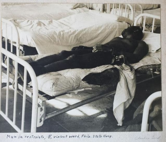 12. Hombre inmovilizado en una cama por violento