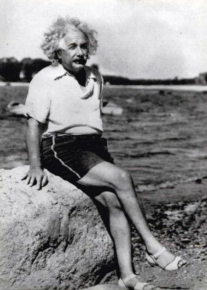 Y acá está Einstein en la playa