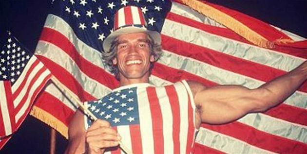 ¡Obvio que Schwarzenegger es estadounidense! ¿No ves qué está usando una bandera yanqui de remera?
