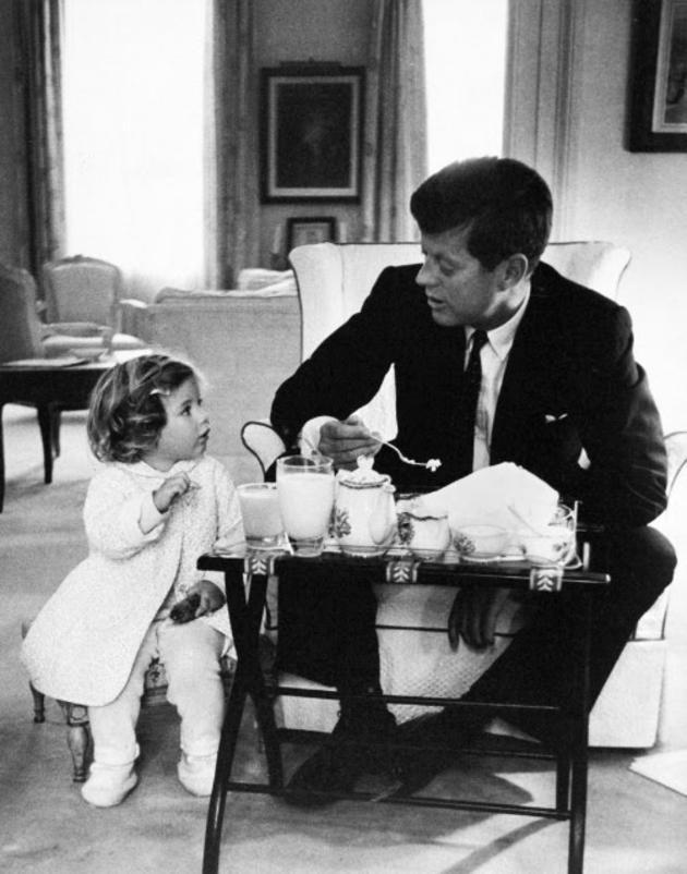 Kennedy tomando la merienda con su hija Caroline