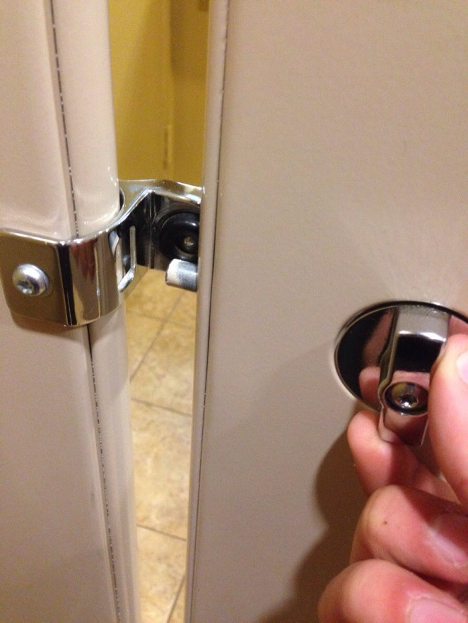 13. La traba de la puerta del baño que nunca funciona