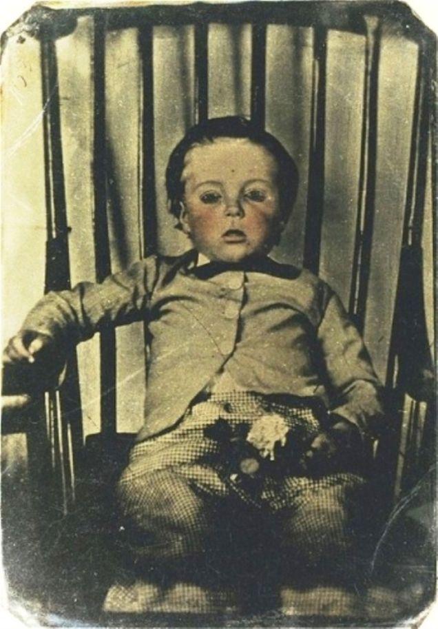 1. Claramente los hábitos de recordar a las personas cambiaron, empezando por las fotos dejando atrás las pinturas y retratos. Por lo cual no es raro que en la era victoriana, las fotos post-mortem fueran una moda.