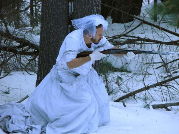 1. Hizo un traje para salir a cazar en la nieve