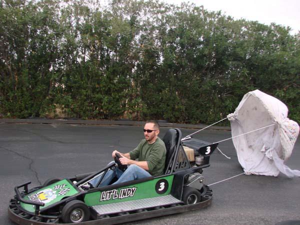 11. Hizo un paracaídas para su auto motorizado