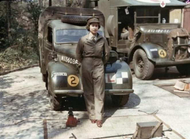 13. La reina Elizabeth durante la Segunda Guerra Mundial.