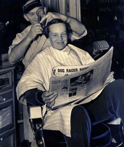 21. Amelia Earhart haciéndose su último corte de pelo, 1937.