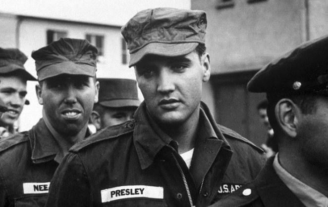 34. Elvis Presley durante el servicio militar en 1958.