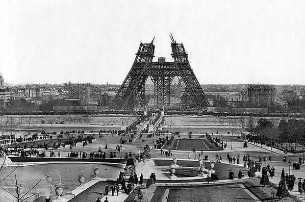 35. La construcción de la Torre Eiffel, 1880.