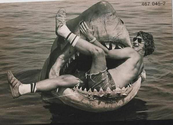 40. Steven Spielberg en el tiburón mecánco construído para la película
