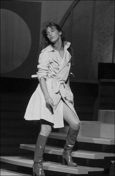 A lo que siempre nos queda bien Jane Birkin con un trench.
