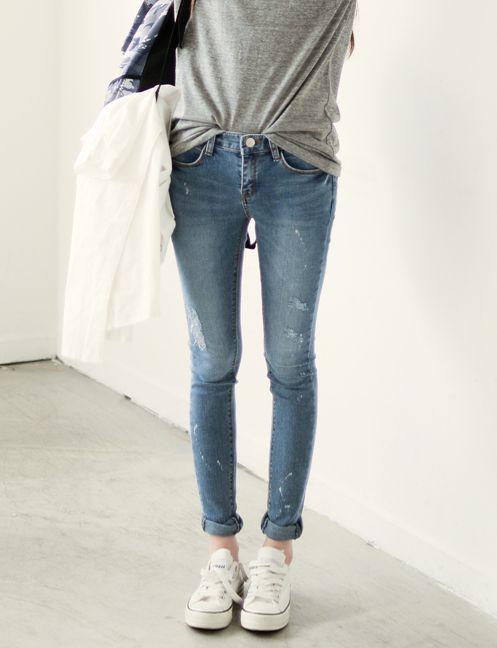 4. Remera Gris, chupin de jean y zapatillas converse