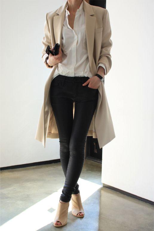 8. Pantalón negro, camisa, trench y botinetas con taco