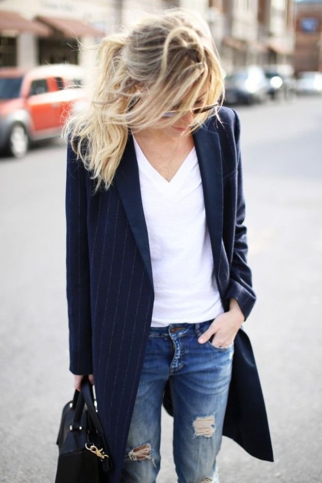 9. Jeans, remera blanca y trench
