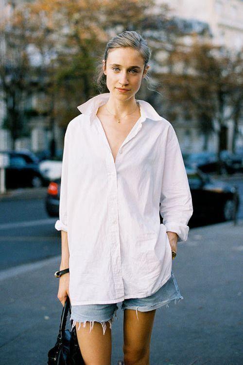 26. Shorts y camisa blanca