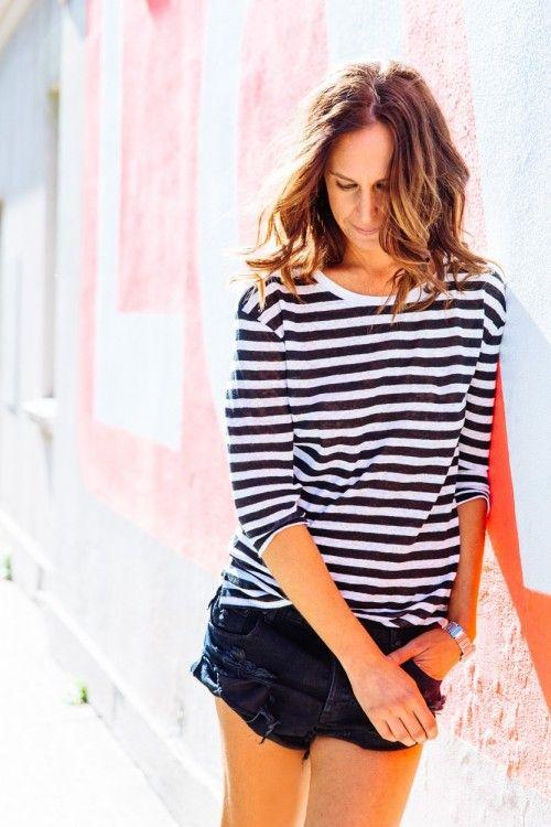 34. Shorts de jean y remera rayada