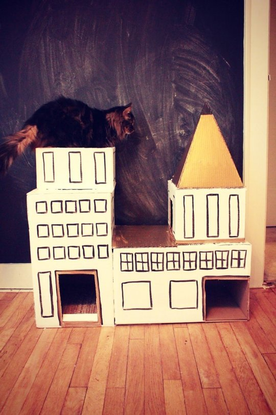 4. Los gatos aman las cajas con muchos recovecos, este castillo es ideal.