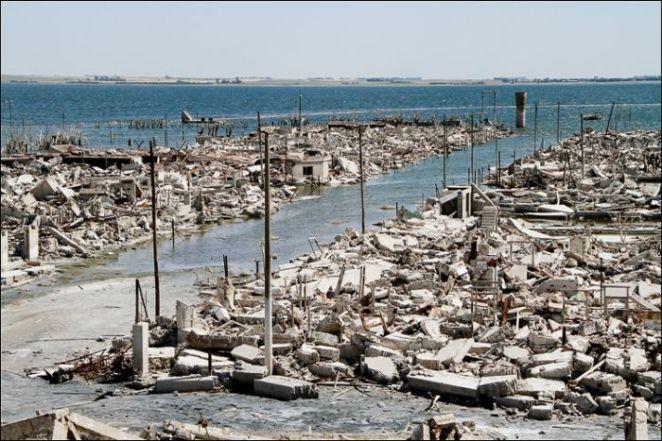 Actualmente, el agua se fue retirando, dejando al descubierto el esqueleto de lo que fue la ciudad