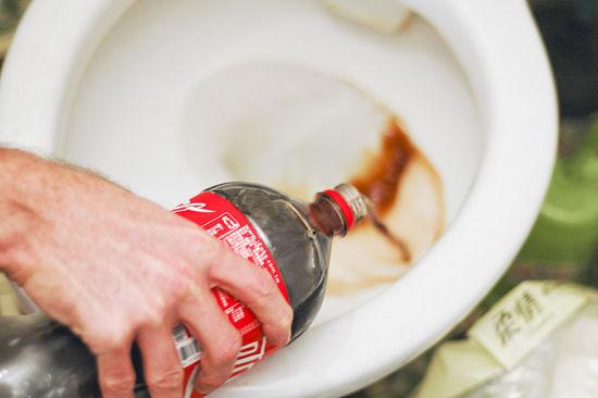 8. Saca las manchas del inodoro tirando una botella y esperando que actúe unos minutos