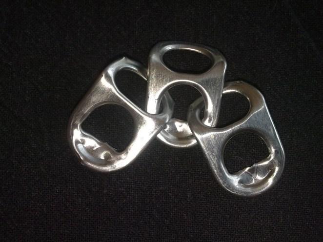 8- Collares y pulseras con los pendorchos de la lata de cerveza o gaseosa