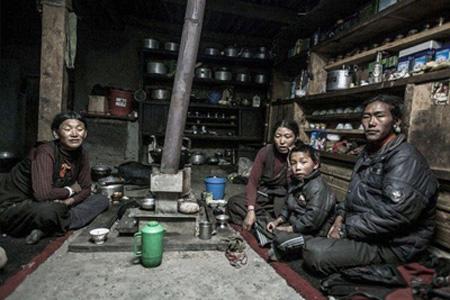 4. Los Nepaleses: Una comunidad donde los hermanos comparten esposa – Nepal.