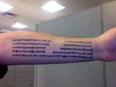 6. Este tatuaje es el Zermelo-Fraenkel con axiomas Choice de la teoría de conjuntos. Estos nueve axiomas son la base de la teoría de conjuntos ZFC.