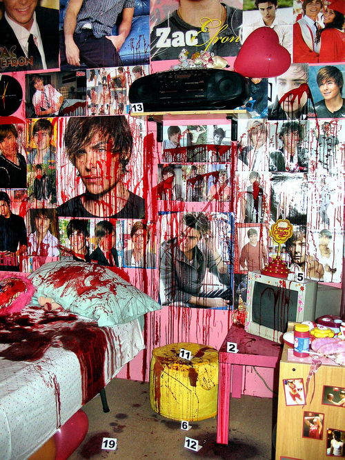 La habitación llena de posters de Zac Efron cubierta de sangre