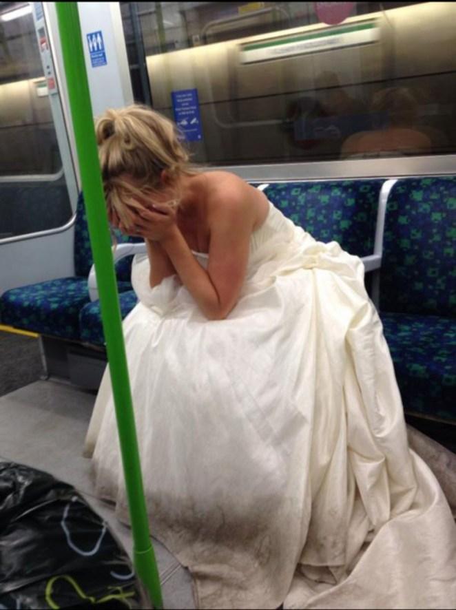 La novia triste y abandonada que llora en el subte