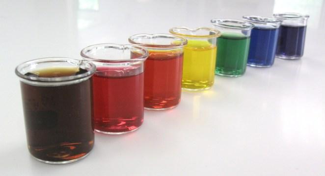 ¿Qué pasa si orino con un color diferente?