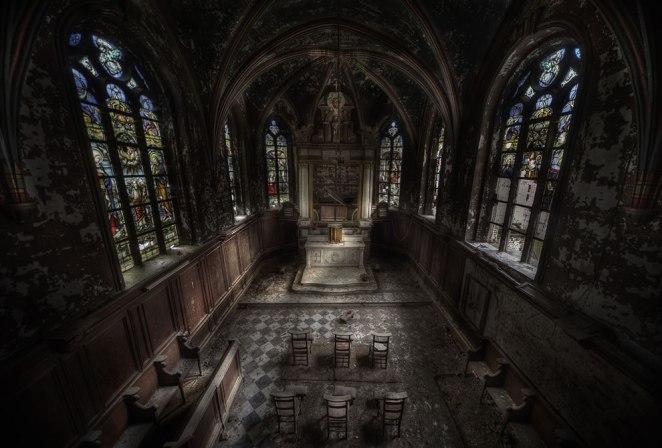 7. Una iglesia abandonada